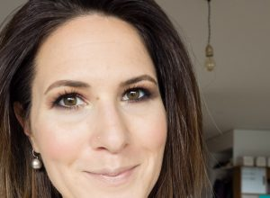 Dunkles Make-up verkleinert Augen